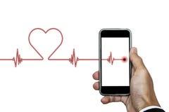 Übergeben Sie das Halten des intelligenten Telefons mit Herzrhythmus ekg und die Herzform, lokalisiert auf weißem Hintergrund Lizenzfreies Stockfoto