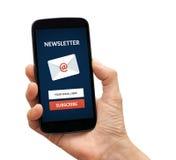 Übergeben Sie das Halten des intelligenten Telefons mit unterzeichnen Newsletterkonzept auf Sc Stockfotografie