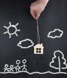 Übergeben Sie das Halten des neuen Hauses für Familie - Konzept Lizenzfreies Stockbild