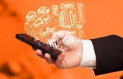 Übergeben Sie das Halten des Telefons mit Hand gezeichneten Spracheblasen Lizenzfreie Stockfotografie