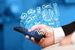 Übergeben Sie das Halten des Telefons mit Hand gezeichneten Spracheblasen Stockbilder