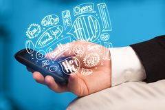 Übergeben Sie das Halten des Telefons mit Hand gezeichneten Spracheblasen Lizenzfreies Stockfoto