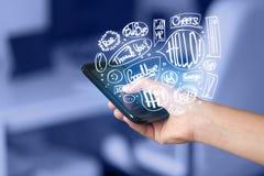 Übergeben Sie das Halten des Telefons mit Hand gezeichneten Spracheblasen Stockfotos