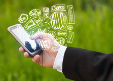 Übergeben Sie das Halten des Telefons mit Hand gezeichneten Spracheblasen Lizenzfreie Stockbilder