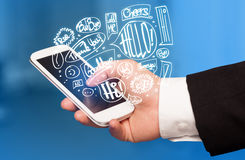 Übergeben Sie das Halten des Telefons mit Hand gezeichneten Spracheblasen Stockfotografie
