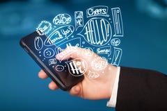 Übergeben Sie das Halten des Telefons mit Hand gezeichneten Spracheblasen Stockbild