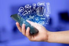 Übergeben Sie das Halten des Telefons mit Hand gezeichneten Spracheblasen Stockfoto