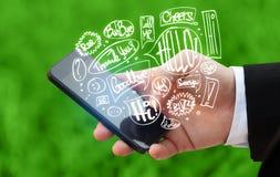Übergeben Sie das Halten des Telefons mit Hand gezeichneten Spracheblasen Lizenzfreie Stockfotos