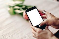 Übergeben Sie das Halten des Telefons mit leerem Schirm mit Raum für Text über p Lizenzfreie Stockfotografie