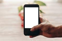 Übergeben Sie das Halten des Telefons mit leerem Schirm mit Raum für Text über p Stockfoto