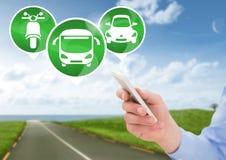 Übergeben Sie das Halten des Telefons mit Transportikonen auf Straße Stockbild