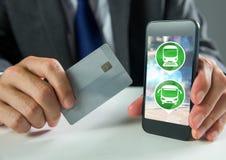 Übergeben Sie das Halten des Telefons mit Transportikonen und -Bankkarte Lizenzfreie Stockbilder