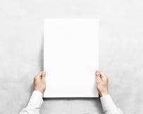 Übergeben Sie das Halten des weißen leeren Plakatmodells, lokalisiert Lizenzfreie Stockfotos