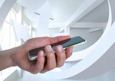 Übergeben Sie das Halten eines Handys und des minimalen Reinraumes mit dem Abweichen von Pfeilen Stockfotografie