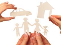 Übergeben Sie das Halten eines Papierhauses, Auto, Familie auf weißem Hintergrund Lizenzfreie Stockfotos