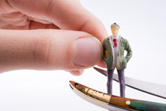 Übergeben Sie das Halten eines Taschenmessers nahe einer Zahl Stockfotos