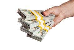 Übergeben Sie das Halten von Bündeln von 100 USD-Ausgabenrechnungen 2013 Lizenzfreies Stockfoto