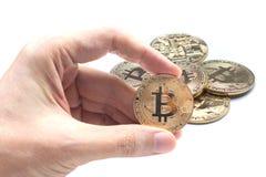 Übergeben Sie das Halten von bitcoin und von blockchain Digitaltechnik auf einem Whit Lizenzfreies Stockfoto