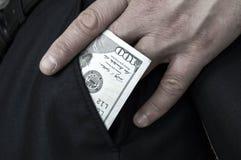 Übergeben Sie das Halten von $ 100, die Hand, die Dollar hält Stockbild