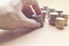 Übergeben Sie das Halten von Münzenmünzen von Thailand mit Investition und die Rettung von f Stockbild