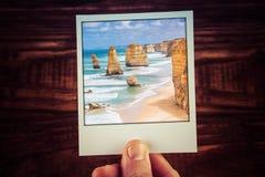 Übergeben Sie das Halten von polaroidphotographie der zwölf Apostel, großes O Lizenzfreie Stockfotos