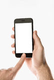 Übergeben Sie das Halten von schwarzem Smartphone mit leerem Bildschirm auf weißem backgro Stockfotografie