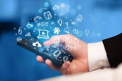 Übergeben Sie das Halten von Smartphone mit Medienikonen und -symbol Lizenzfreie Stockfotos