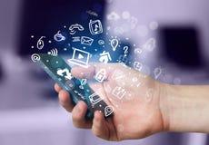 Übergeben Sie das Halten von Smartphone mit Medienikonen und -symbol Lizenzfreies Stockfoto