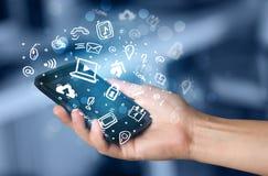 Übergeben Sie das Halten von Smartphone mit Medienikonen und -symbol Lizenzfreie Stockfotografie