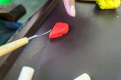 Übergeben Sie das sculp, das einen Plasticine handgemachtes Foto eingelassenes depok Bogor Indonesien schnitzt Stockbild