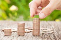 Übergeben Sie das Setzen der Münze zum Geld, Geschäftsideen Stockfotos