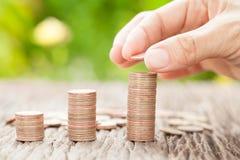 Übergeben Sie das Setzen der Münze zum Geld, Geschäftsideen Lizenzfreie Stockbilder