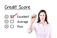 Übergeben Sie das Setzen des Häkchens mit roter Markierung auf ausgezeichneten KreditscoreAuswertungsbogen Stockfotos