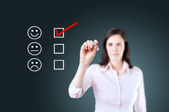 Übergeben Sie das Setzen des Häkchens mit roter Markierung auf Kundendienst-Auswertungsbogen Hintergrund für eine Einladungskarte Stockbilder