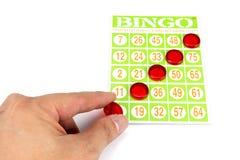 Übergeben Sie das Setzen des letzten Chips, um Sieger des Bingospiels zu sein Lizenzfreie Stockfotografie