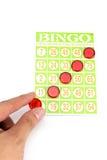 Übergeben Sie das Setzen des letzten Chips, um Sieger des Bingospiels zu sein Lizenzfreies Stockbild