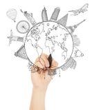 Übergeben Sie das Skizzieren der Erde und der globalen Karte mit Markstein Lizenzfreie Stockfotos