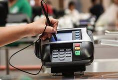 Übergeben Sie das Unterzeichnen in einer Kartenzahlungs-Maschine Position Stockfotografie