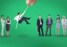 Übergeben Sie das Wählen eines Mannes mit einem Seil auf einem grünen Hintergrund mit Geschäftsleuten Lizenzfreies Stockbild