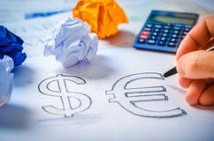 Übergeben Sie das Zeichnen eines Dollarzeichens und des Eurozeichens Lizenzfreies Stockbild