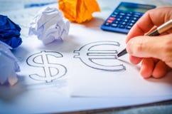 Übergeben Sie das Zeichnen eines Dollarzeichens und des Eurozeichens Stockbild