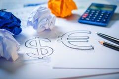 Übergeben Sie das Zeichnen eines Dollarzeichens und des Eurozeichens Lizenzfreies Stockfoto