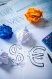 Übergeben Sie das Zeichnen eines Dollarzeichens und des Eurozeichens Stockfoto