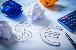 Übergeben Sie das Zeichnen eines Dollarzeichens und des Eurozeichens Lizenzfreie Stockfotografie