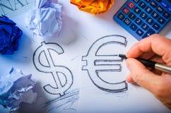 Übergeben Sie das Zeichnen eines Dollarzeichens und des Eurozeichens Lizenzfreie Stockfotos