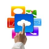 Übergeben Sie das Zeigen auf die Wolke, die mit bunten APP-Ikonen rechnet Lizenzfreie Stockfotos