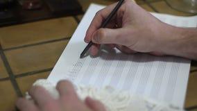 Übergeben Sie das Zeigen mit Bleistift auf Musikbuch mit handgeschriebenen Anmerkungen stock video footage