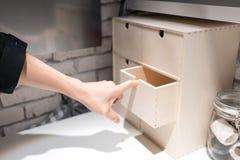 Übergeben Sie das Ziehen eines Faches des mini hölzernen Speicherkastenkastens auf Weiß lizenzfreie stockfotografie