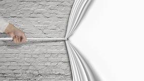 Übergeben Sie das Ziehen hinunter den weißen Vorhang, der alte Backsteinmauer bedeckt Stockbild