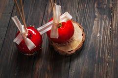 Übergeben Sie den eingetauchten Karamellapfel, der mit multi Farbe bedeckt wird, besprüht Lizenzfreies Stockbild